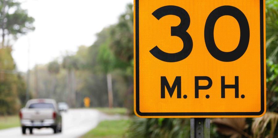 Los estudios indican que en general entre un 40 y 50% de los conductores manejan por encima de los límites de velocidad. (horizontal-x3)