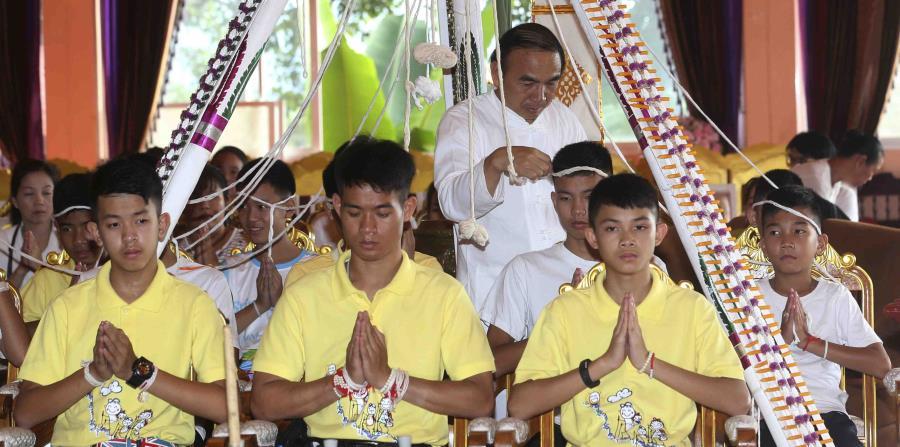 los niños rescatados recientemente en una cueva en Tailandia, cuando asistían a un templo budista en el distrito Mae Sai, provincia Chiang Rai, norte de Tailandia. (AP (horizontal-x3)