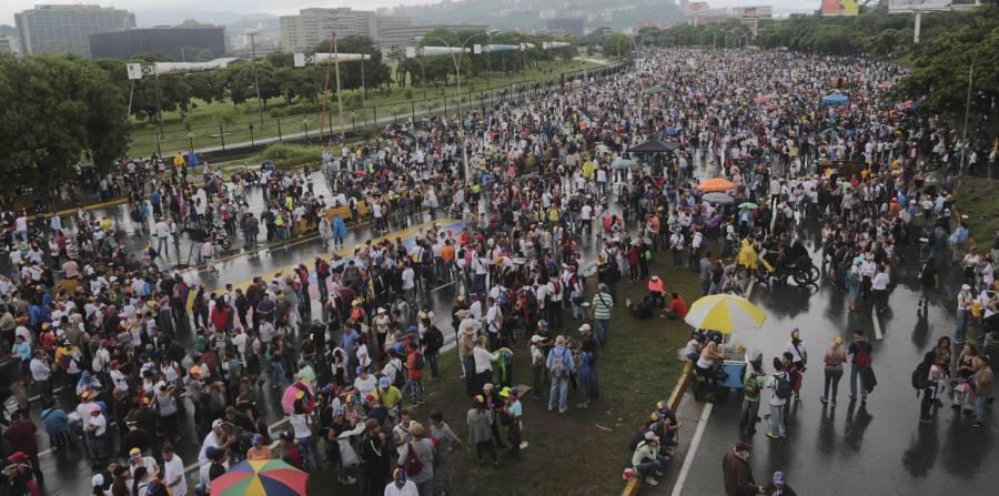 Miles de personas bloquean una autopista en Venezuela en protesta contra las políticas del presidente Nicolás Maduro. (horizontal-x3)