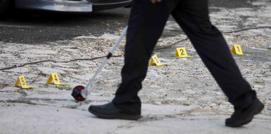 Un agente de la Policía toma medidas en la escena de un asesinato. (GFR Media) (horizontal-x3)