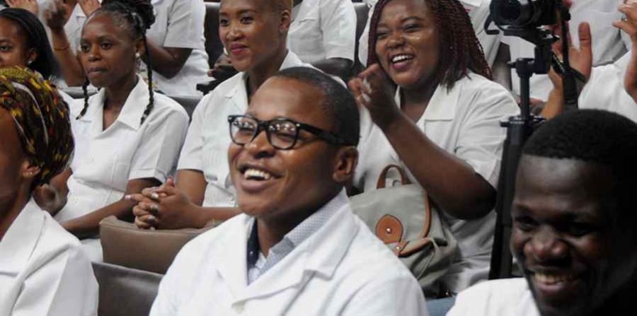 Jóvenes sudafricanos en el acto conmemorativo por el centenario del natalicio de Nelson Mandela. (horizontal-x3)
