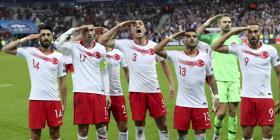 Los jugadores turcos volvieron a hacer el polémico saludo militar en partido contra Francia