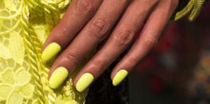 Las uñas se distinguen con diseños y colores que son puro drama