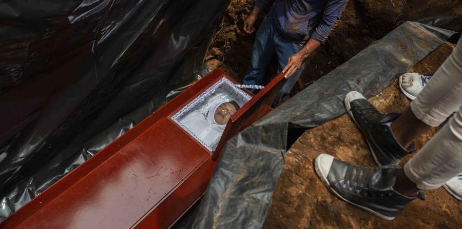 José Esteban Sevilla Medina, quien murió de un disparo en el pecho en una barricada durante el ataque de la policía y fuerza armadas, es enterrado en Masaya. (AP) (horizontal-x3)