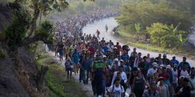 La falta de ayuda de autoridades mexicanas frustra a migrantes de nueva caravana