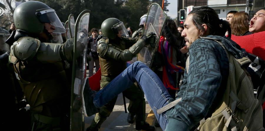 Enfrentamientos entre manifestantes y la Policía en Chile (horizontal-x3)