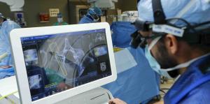 Mira cómo un robot ayuda en operaciones de espalda