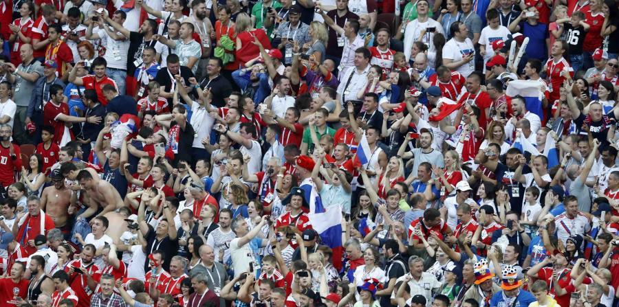 Aficionados rusos festejan el triunfo en octavos de final de la Copa del Mundo sobre España el domingo 1 de julio de 2018, en el estadio Luzhniki de Moscú. (AP) (horizontal-x3)