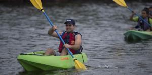 Ricardo Rosselló inspecciona la Bahía Mosquito en kayak