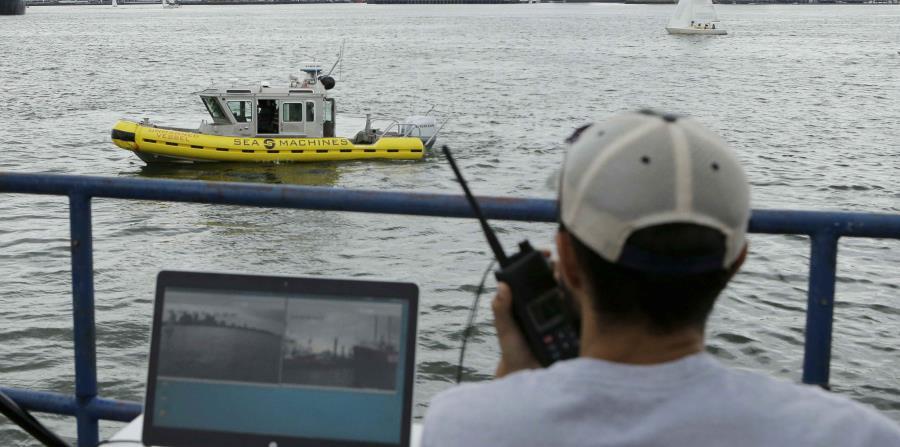El ingeniero de computadoras Mohamed Saad Ibn Seddik, de Sea Machines Robotics, supervisa el funcionamiento de una embarcación experimental autónoma en el puerto de Boston el 15 de agosto del 2017. (AP Photo/Steven Senne) (horizontal-x3)