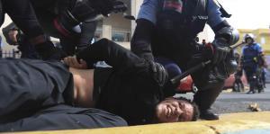 Confrontación entre manifestantes y l...
