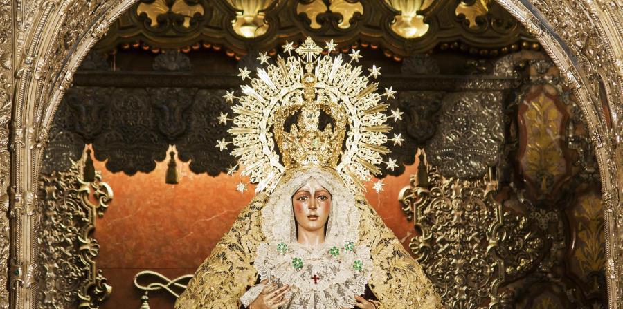 En esta celebración de Semana Santa  destacan las tallas de vírgenes bajo palio: barrocas imágenes con coronas de plata o de oro, mantos bordados y túnicas de terciopelo que sólo dejan ver el rostro y las manos. (EFE)