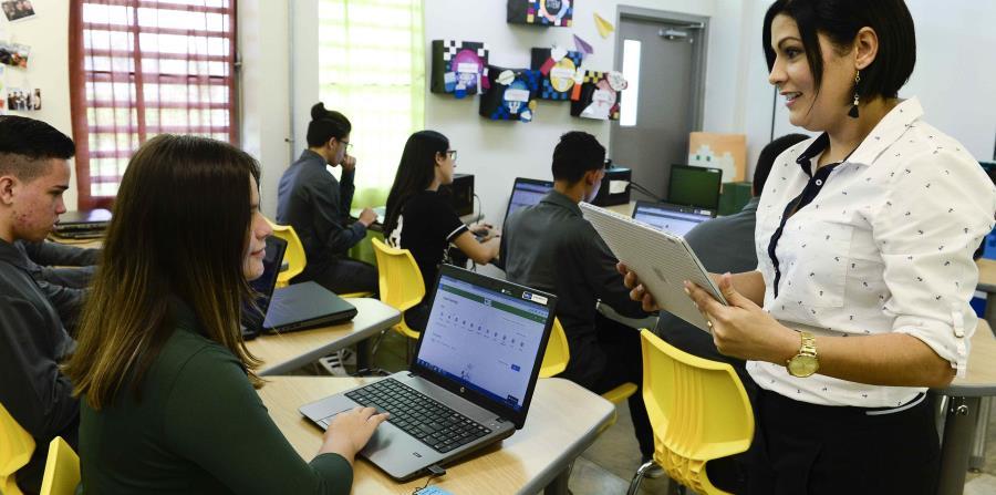 Los estudiantes trabajan en un laboratorio equipado con lo último en la tecnología.