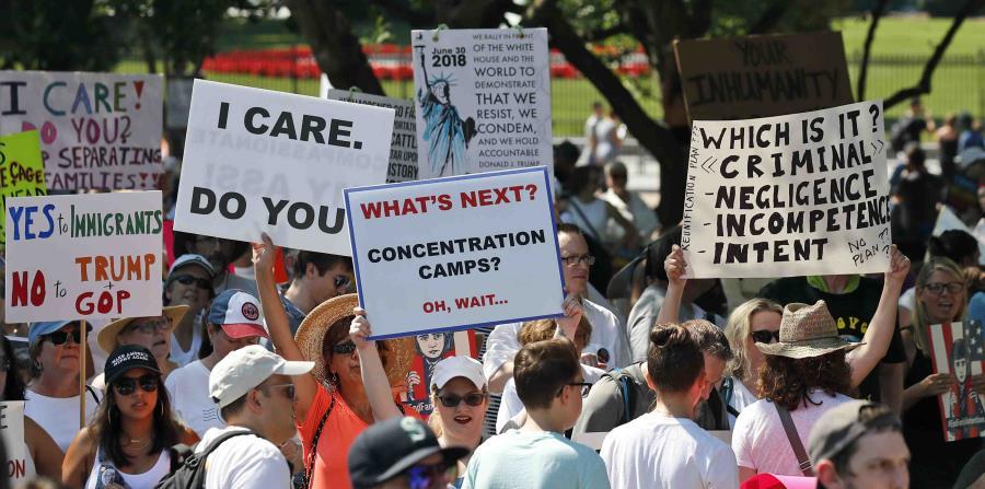 Activistas se reúnen para protestar contra la política del gobierno de Donald Trump de separar a los niños de sus padres inmigrantes en la Plaza Lafayette frente a la Casa Blanca (horizontal-x3)