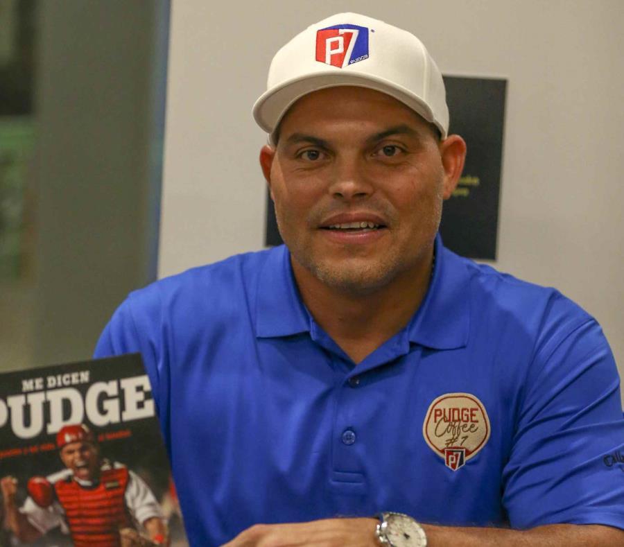 Iván Rodríguez, quien recientemente presentó su libro en la isla, ha hecho otras gestiones de inversión, como un restaurante de pizzza en Texas cerca del estadio de los Rangers, y una marca de café. (semisquare-x3)