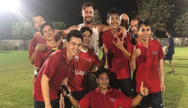 El actor Hemsworth, conocido por dar vida a 'Thor', pasó apuros al jugar un partido de fútbol en Tailandia. (GDA/ Instagram) (horizontal-x3)
