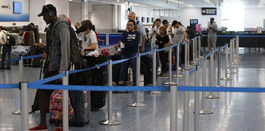 Se recomendó a los pasajeros que contactaran con sus aerolíneas para comprobar el estado de sus vuelos antes de acudir al lugar. (horizontal-x3)