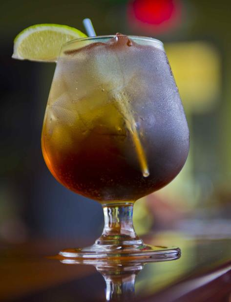 Havana Club International S.A. pondrá el envase, (con capacidad para unos mil litros), y el ron, mientras la empresa Los Portales S.A. aportará el refresco de cola. (GFR Media) (vertical-x1)