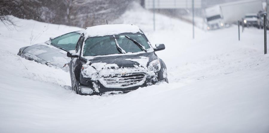 Varios autos aparecen cubiertos de nieve en una zanja al lado de la autopista interestatal 94, cerca de Galesburg, en Michigan (horizontal-x3)