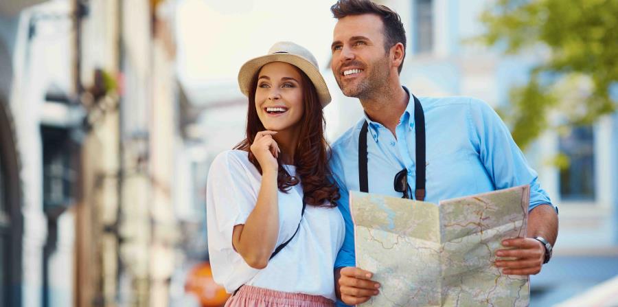 Pareja de turistas con mapa (horizontal-x3)