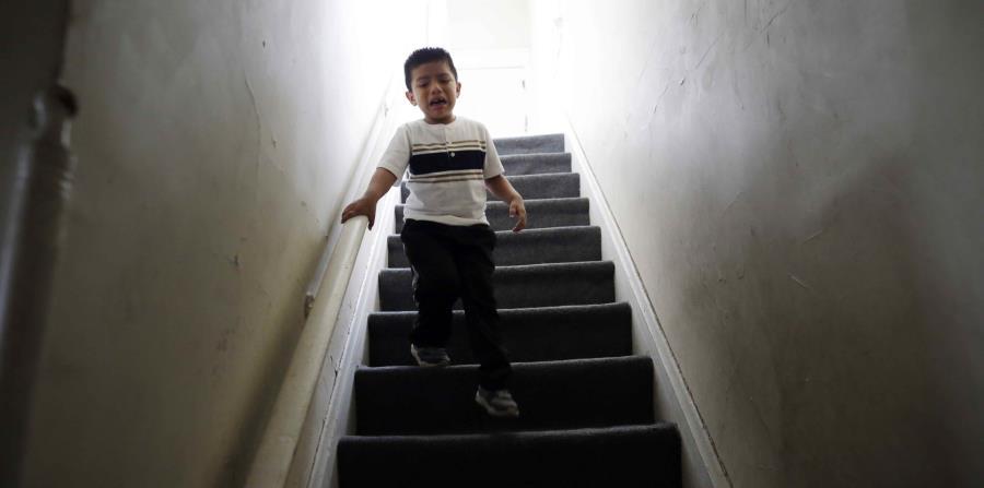 Meses después de que su padre fue detenido por el ICE, el niño, de 4 años, sigue mostrándose agresivo en clase y entra en pánico si su padre se separa de él más de unos minutos. (horizontal-x3)