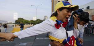 Opositores del gobierno de Nicolás Maduro son atacados con gases lacrimógenos