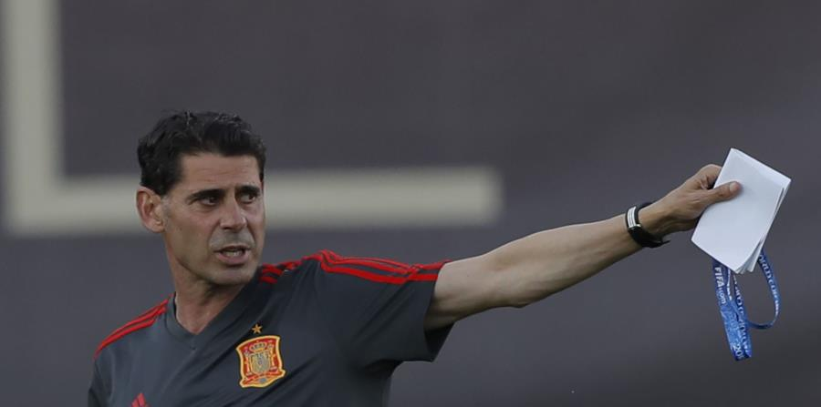El nuevo técnico de España Fernando Hierro dirige un entrenamiento previo al Mundial en Krasnodar, Rusia, el miércoles 13 de junio de 2018. (AP (horizontal-x3)