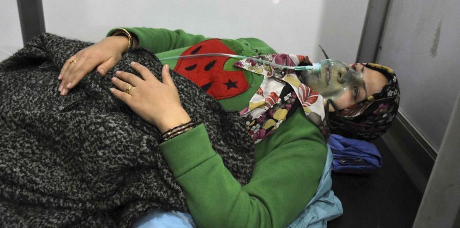 En esta imagen difundida por la agencia noticiosa oficial siria SANA, se ve a una mujer recibiendo oxígeno a través de una mascarilla después de un supuesto ataque químico en su localidad de al-Khalidiya, en Alepo, Siria, el sábado 25 de noviembre de 2018 (horizontal-x3)