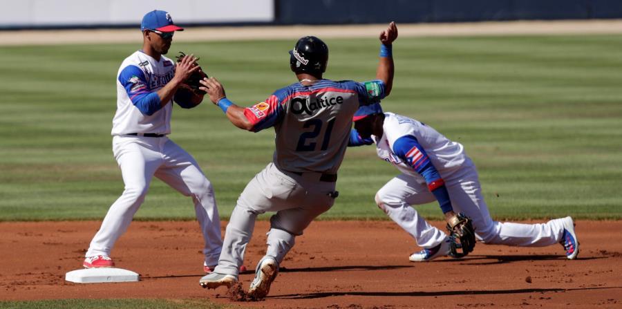 Puerto Rico viene de apenas pegar un hit ante Dominicana el lunes. En la foto, Iván de Jesús Jr. e Irving Falú completan una doble jugada. (EFE / Bienvenido Velasco) (horizontal-x3)