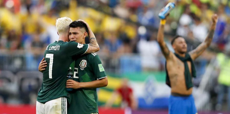 Miguel Layun consuela a Hirving Lozano tras la derrota de México ante Brasil. (AP) (horizontal-x3)