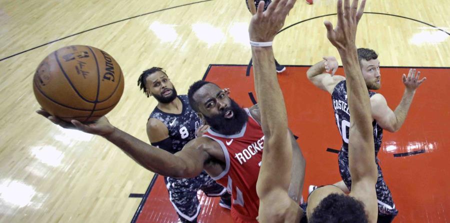 Harden encesta durante el partido contra los Spurs. (AP / David J. Phillip) (horizontal-x3)