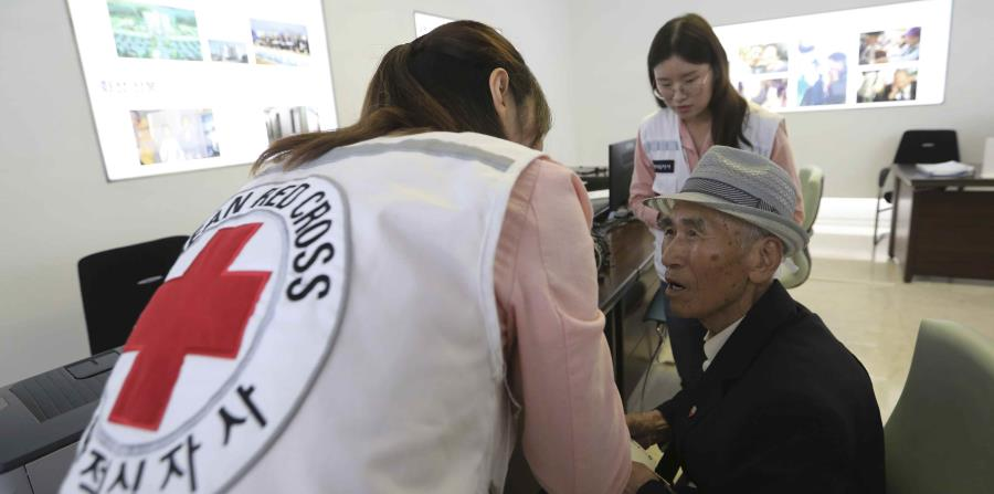 El surcoreano Yoo Gi-jin, de 93 años y quien vive en Corea del Norte, llena los documentos para reencontrarse con su familia en Corea del Sur. (AP) (horizontal-x3)