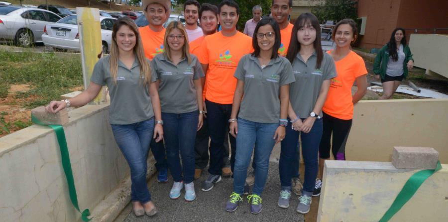 Un grupo de estudiantes graduados de Ingeniería Civil del RUM presentó la primera instalación de hormigón permeable en ese campus. (Suministrada - Prensa RUM)