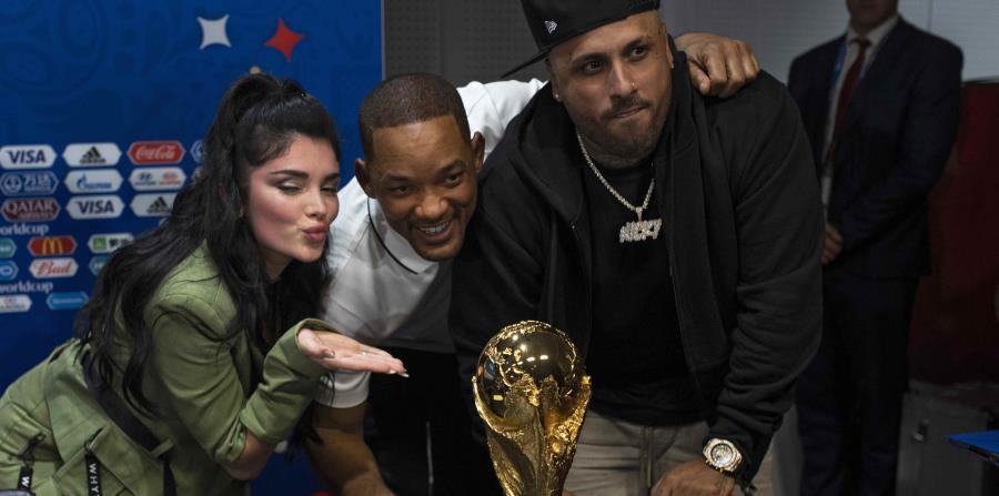 Era Istrefi, Will Smith y Nicky Jam posan con el trofeo del Mundial. (AP) (horizontal-x3)