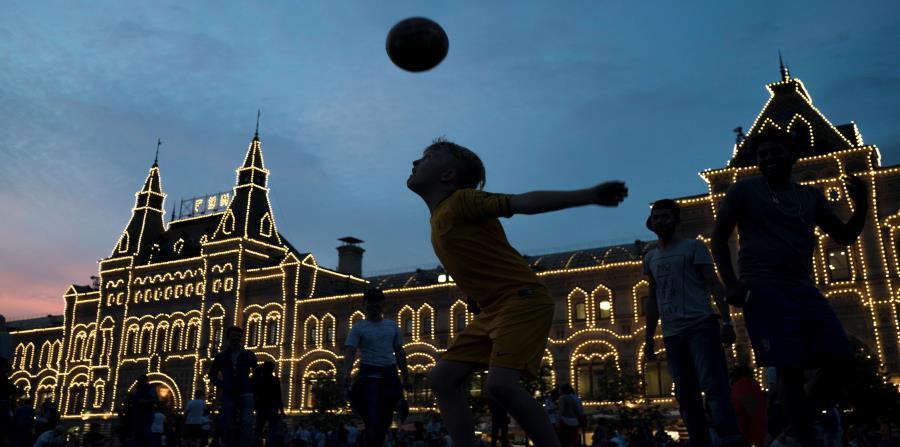 La fiebre del fútbol ha arropado las calles de Moscú con la presencia de miles de turistas. (horizontal-x3)