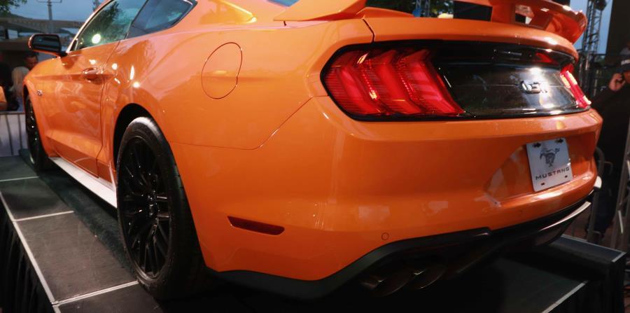 La parte trasera del auto cuenta con luces LED para un aspecto más técnico, además de un bumper nuevo, fascia y un Performance Spoiler disponible.