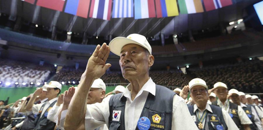 Veteranos surcoreanos durante la ceremonia del saludo que marcó el inicio de la celebración del aniversario de la Guerra de Corea. (AP) (horizontal-x3)