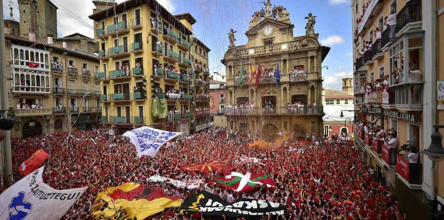 Miles de personas asistieron al primer día de las fiestas de San Fermín. (horizontal-x3)