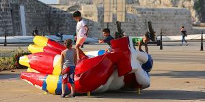 Una obra de plátanos boricuas da color al malecón de La Habana
