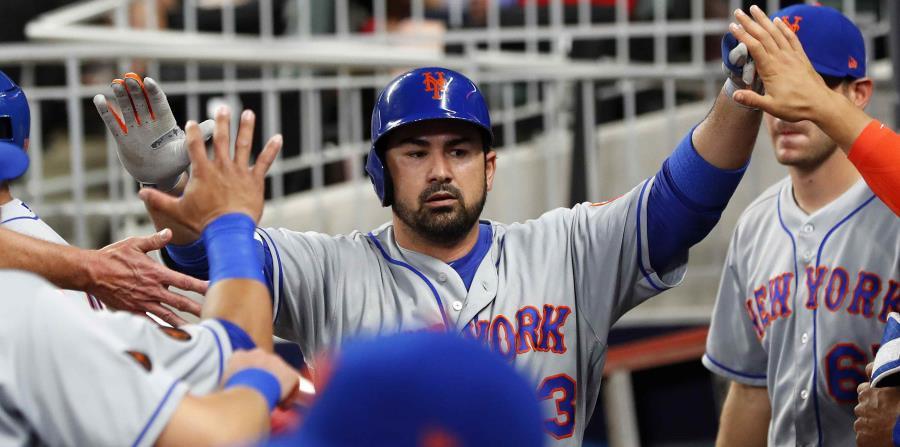 El toletero Adrián González festeja una jugada con sus compañeros de los Mets. (horizontal-x3)
