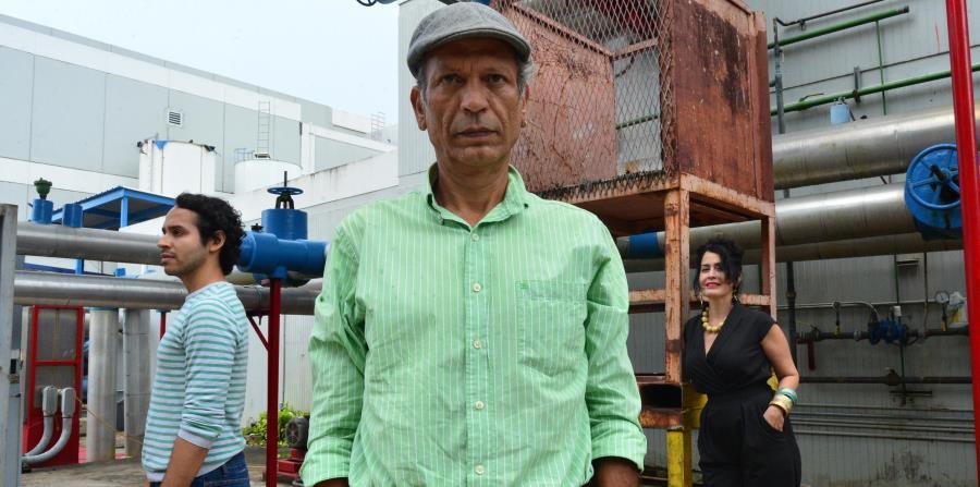 Carlos Miranda (al centro) y Jacqueline Duprey participan de la pieza dirigida por Benjamín Cardona (izquierda). (horizontal-x3)