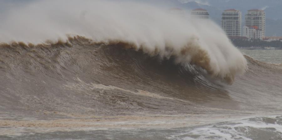 El huracán Willa dejó fuertes marejadas en Puerto Vallarta. (EFE) (horizontal-x3)