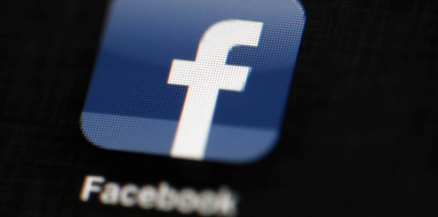 El logo de Facebook es mostrado en un iPad. (horizontal-x3)
