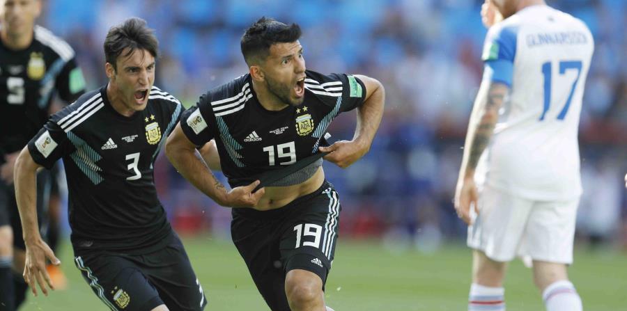 El delantero de Argentina Sergio Agüero (centro) festeja tras anotar el primer gol en el partido contra Islandia por el Grupo D del Mundial en el estadio Spartak en Moscú (horizontal-x3)