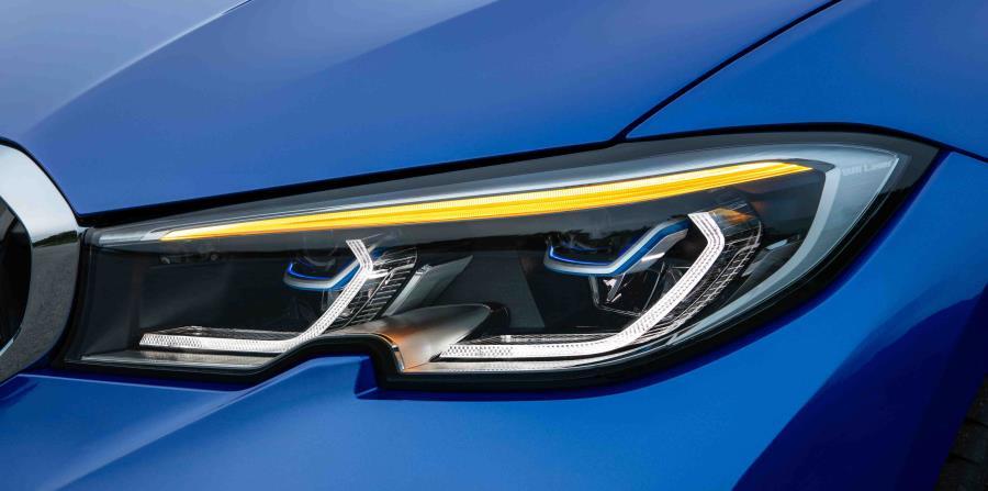 Los faros completamente LED vienen de serie, mientras que los faros LED con características extendidas y faros LED adaptativos con BMW Laserlight para un haz de luces altas sin deslumbramiento  están disponibles como opción.