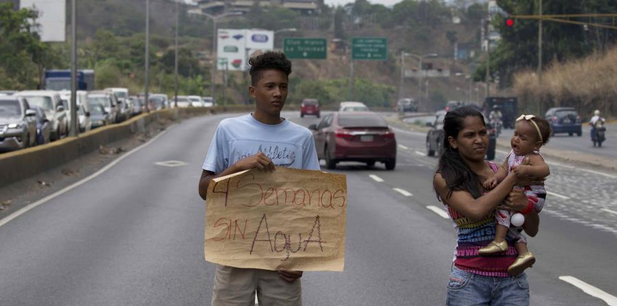 un habitante de la barriada Las Minitas protesta por la falta de agua en la autopista Prados del Este en el barrio de Santa Fe de Caracas, Venezuela. (horizontal-x3)