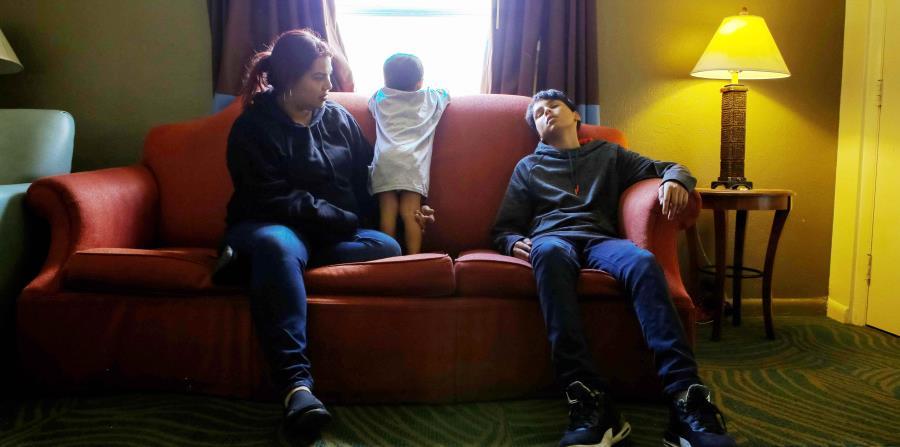 Desiree Torres, oriunda de Las Piedras, vive junto a sus hijos en un hotel Super 8 desde el 5 de noviembre de 2017. En la foto, aparece con sus hijos Yadiel Rivera, de 13 años, y Ramsses Piñero, de 2 años. (horizontal-x3)