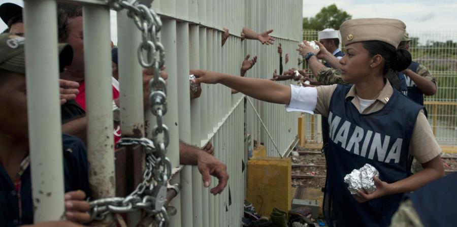 Personal de la Marina mexicana entregó ayer comida a los migrantes. (AP / Oliver de Ros)