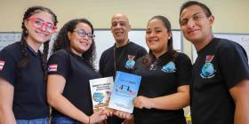 Estudiantes puertorriqueños publican libro con ensayos sobre la odisea de mudarse a la Florida