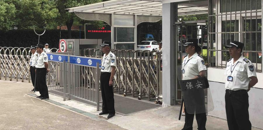 Policías custodian la entrada de una escuela en Shanghai, China. (horizontal-x3)